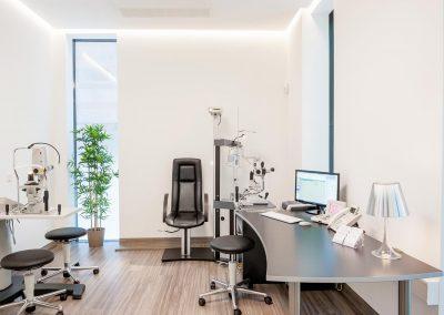 Behandlungsraum mit Zeiss YAG Laser, Phoropter, Topcon und Ultraschall A-Scan
