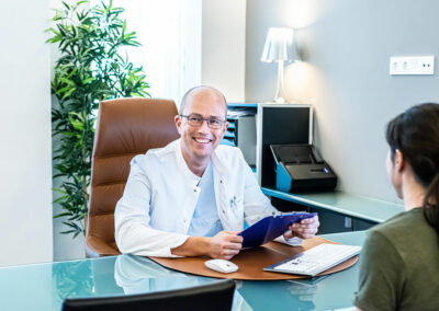 Doktor im Patientengespräch